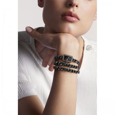 Montre Première Rock - Triple tour en acier avec revêtement noit et cuir noir, cadran laqué noir - CHANEL -  Vue portée