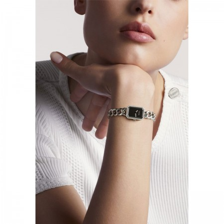 Montre Première Chaîne - Petit modèle, acier et diamants, cadran noir - CHANEL - Vue portée