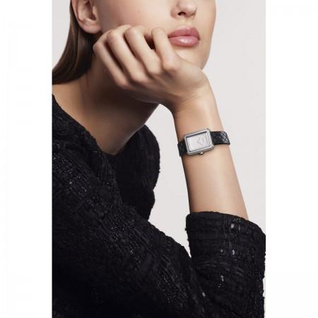 Montre BOY·FRIEND - Petit modèle, acier et bracelet en veau motif matelassé - CHANEL - Vue portée