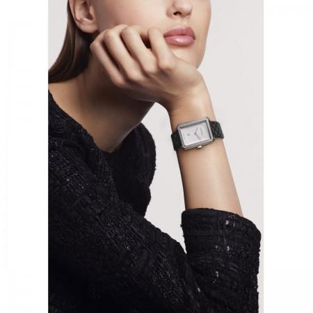 Montre BOY·FRIEND - Moyen modèle, acier et diamants, bracelet en veau motif matelassé - CHANEL - Vue portée