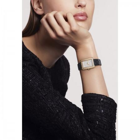 Montre BOY·FRIEND - Petit modèle, OR BEIGE et bracelet en veau motif matelassé - CHANEL - Vue portée