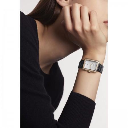 Montre BOY·FRIEND - Moyen modèle, OR BEIGE et bracelet en veau motif matelassé - CHANEL - Vue portée
