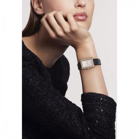 Montre BOY·FRIEND - Petit modèle, OR BEIGE et diamants, bracelet en veau motif matelassé - CHANEL - Vue portée