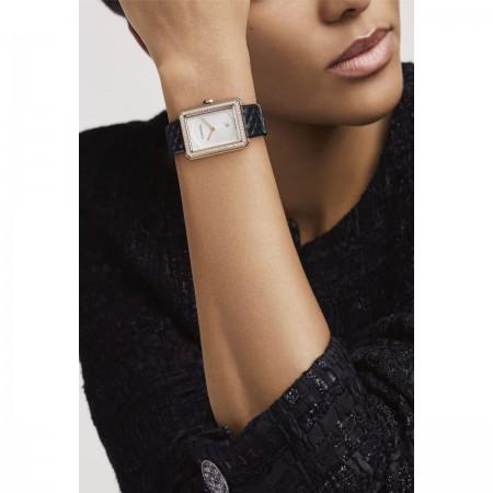 Montre BOY·FRIEND - Moyen modèle, OR BEIGE et diamants, bracelet en veau motif matelassé - CHANEL - Vue portée